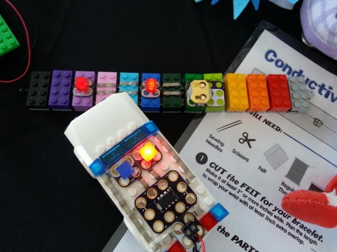 올해 5월, 미국 샌프란시스코 베이에어리어에서 열린 '메이커페어 2017 베이에어리어'의 현장 모습. 어린이들의 장난감으로 여겨졌던 레고도, 메이커들이 자신의 새로운 작품을 만드는 좋은 재료로 활용되고 있다. - 김민호 제공